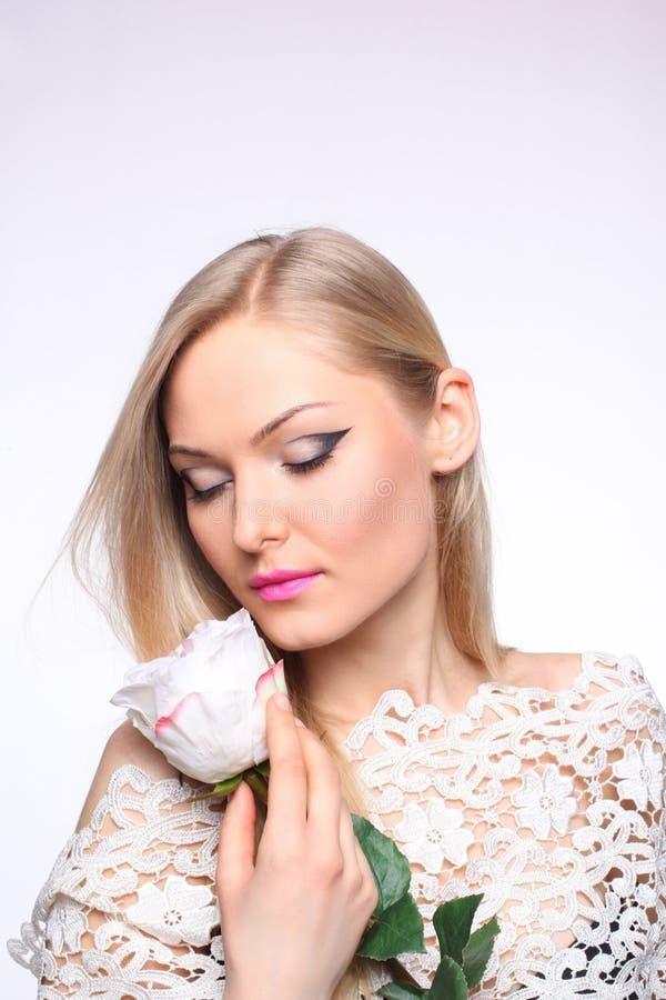 有一朵白色玫瑰的美丽的女孩 库存照片