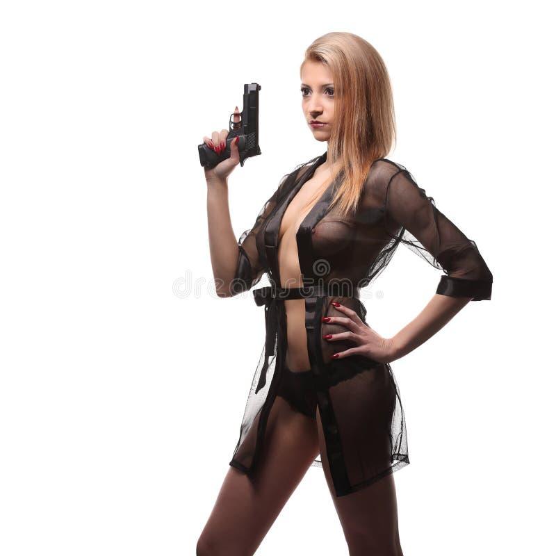 有一杆枪的典雅的时髦的女人在手上 免版税库存图片