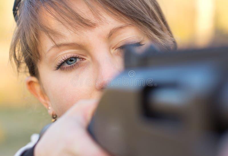 有一杆枪的女孩陷井式射击的 免版税库存照片