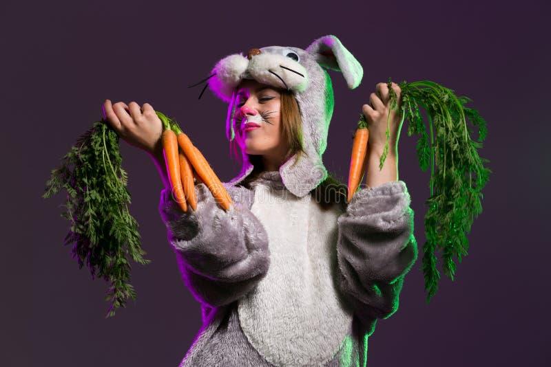 有一束的逗人喜爱的兔宝宝女孩carrts 免版税图库摄影