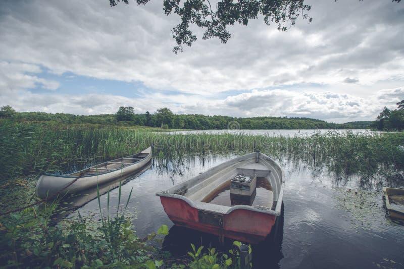 有一条小船的田园诗湖 免版税图库摄影