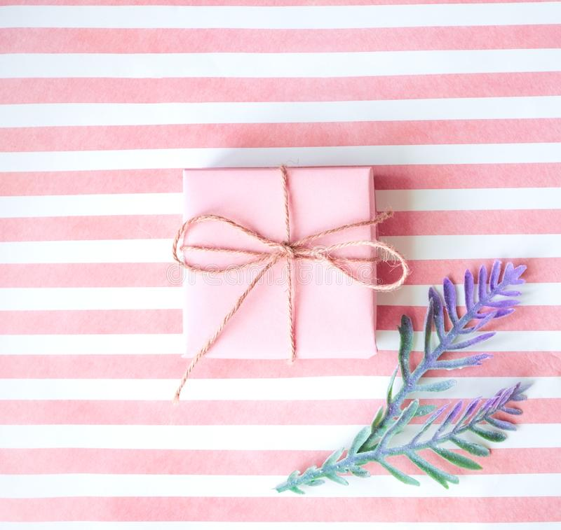 有一条桃红色丝带的桃红色礼物盒在桃红色背景 图库摄影
