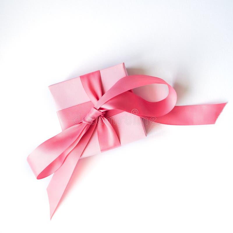 有一条桃红色丝带的桃红色礼物盒在白色背景 免版税库存照片