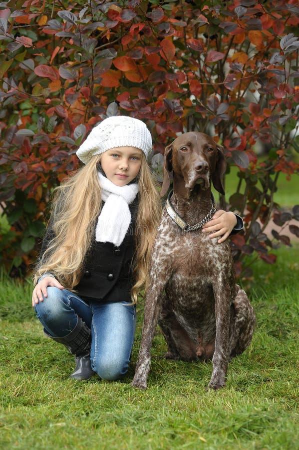 有一条狗的女孩在公园。 库存图片