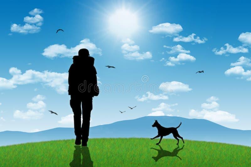 有一条狗的孤独的背包徒步旅行者在与山的小山顶部 免版税库存照片