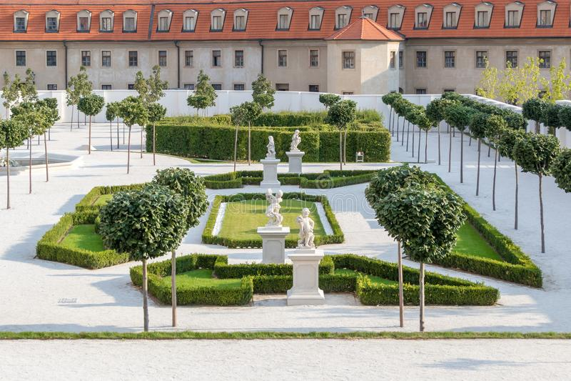 有一条白色小径的巴洛克式的庭院在中世纪城堡后在布拉索夫,斯洛伐克 库存图片
