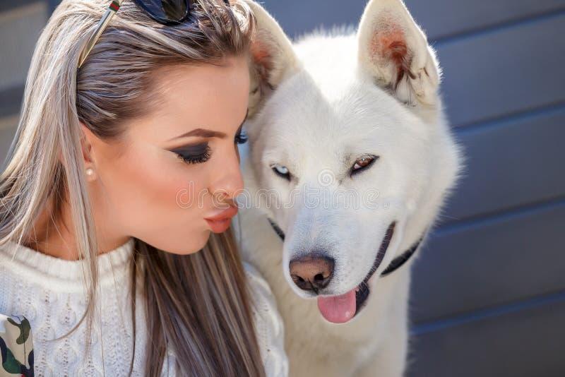 有一条美丽的多壳的狗的妇女 库存照片