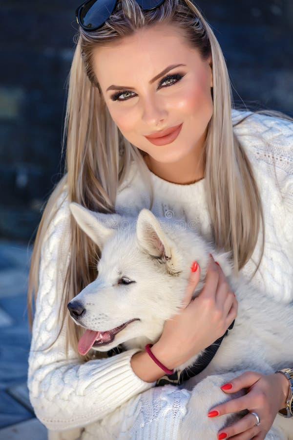 有一条美丽的多壳的狗的妇女 免版税库存照片