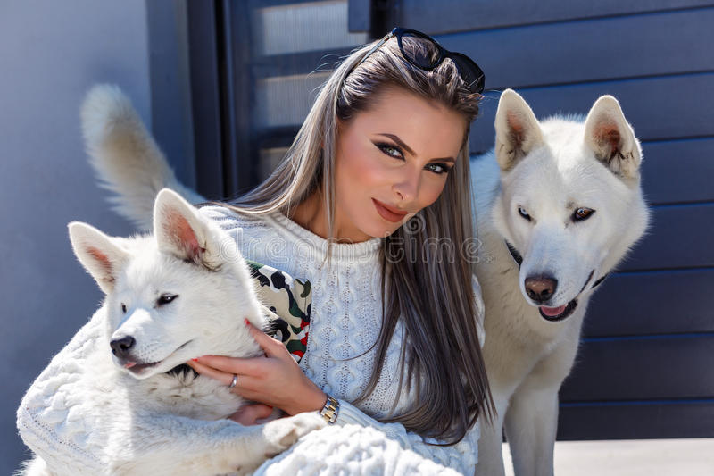 有一条美丽的多壳的狗的妇女 免版税库存图片