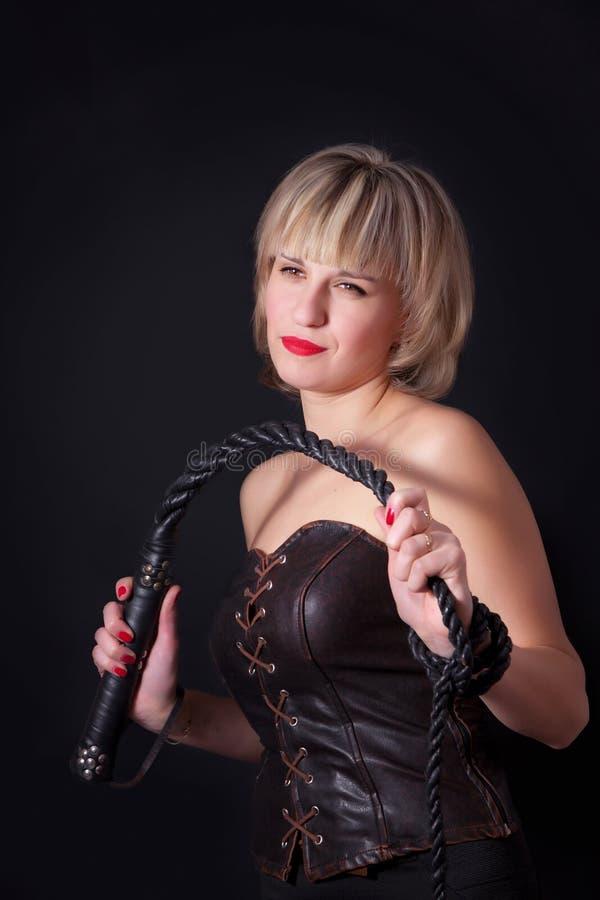 有一条鞭子的妇女在她的手上 免版税图库摄影