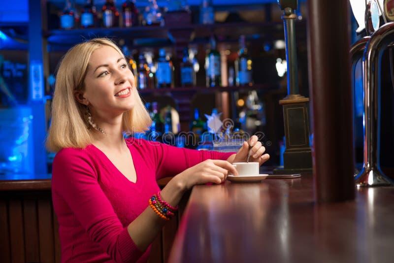 有一杯咖啡的妇女 免版税库存图片