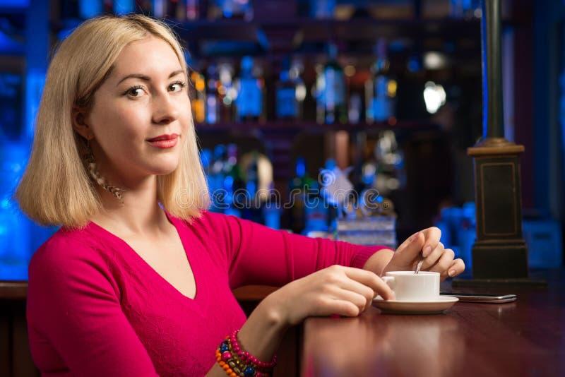 有一杯咖啡的妇女 库存图片