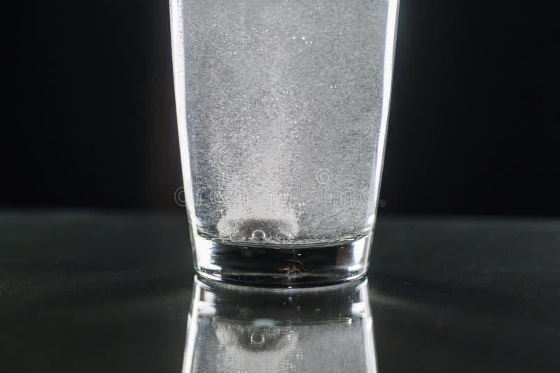 有一杯的冒泡片剂水 免版税库存照片