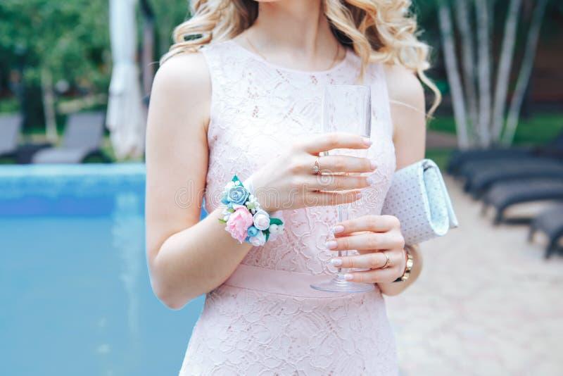 有一杯的女傧相香槟 在招待会的酒精饮料在婚礼以后 免版税库存图片