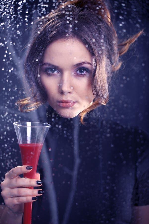 有一杯的妇女红葡萄酒 库存图片