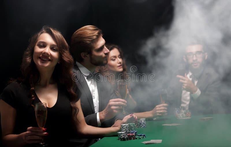 有一杯的打牌者酒,坐在桌上 库存图片