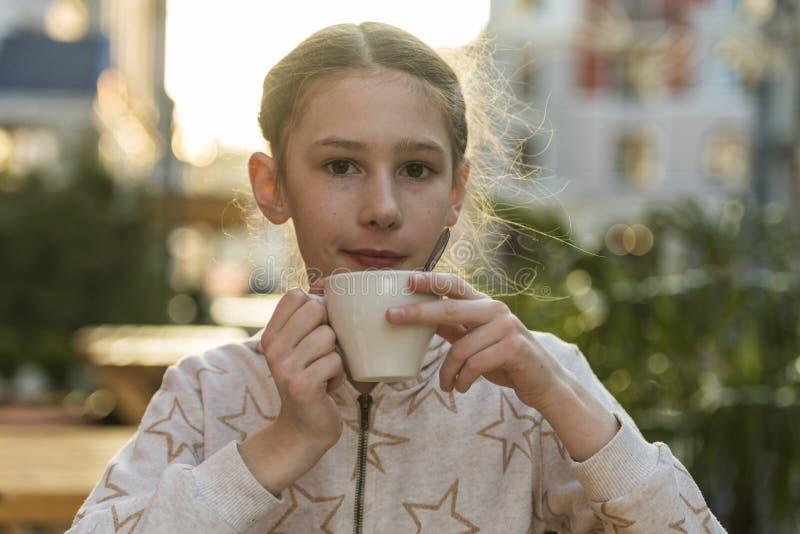 有一杯茶的女孩 免版税库存图片