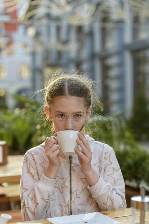 有一杯茶的女孩 库存图片