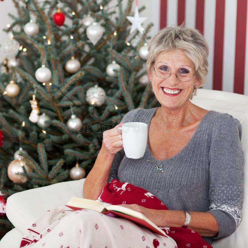 有一杯茶的微笑的年长妇女 免版税库存照片