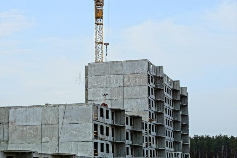 有一架塔吊的未完成的高房子反对天空 库存图片
