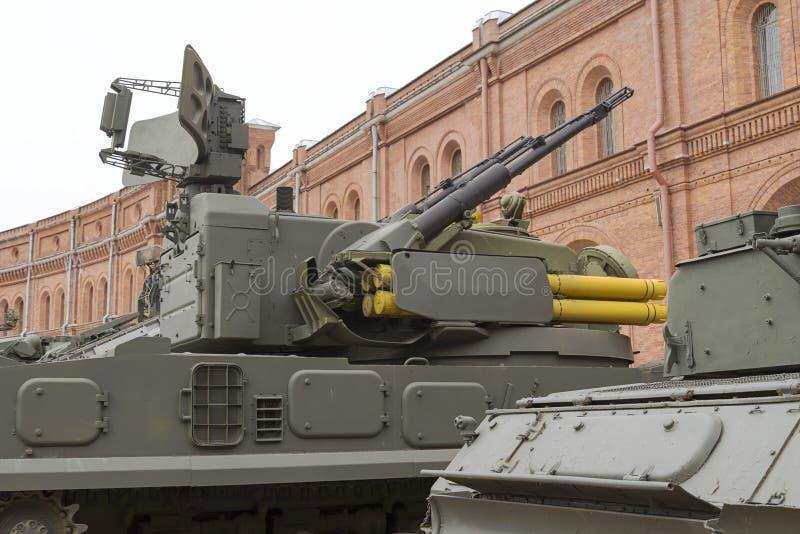 有一栋转台式塔楼的大口径机枪在坦克特写镜头 免版税库存照片