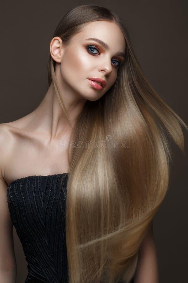 有一根完全光滑的头发的美丽的白肤金发的女孩,经典构成 秀丽表面 库存图片