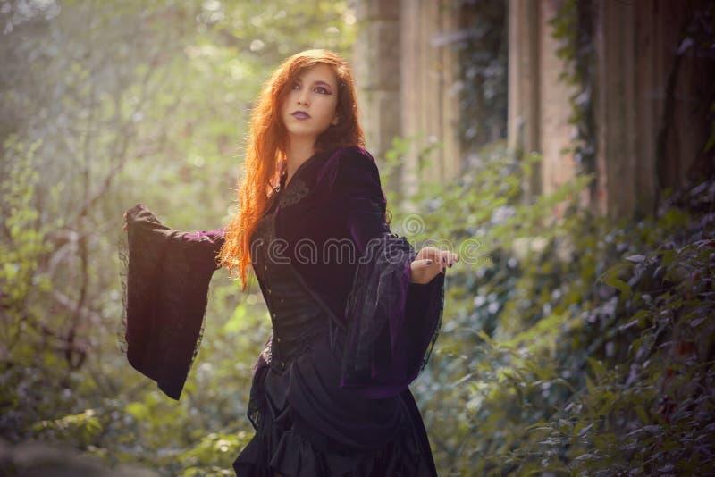 有一根红色头发的年轻goth女孩 图库摄影
