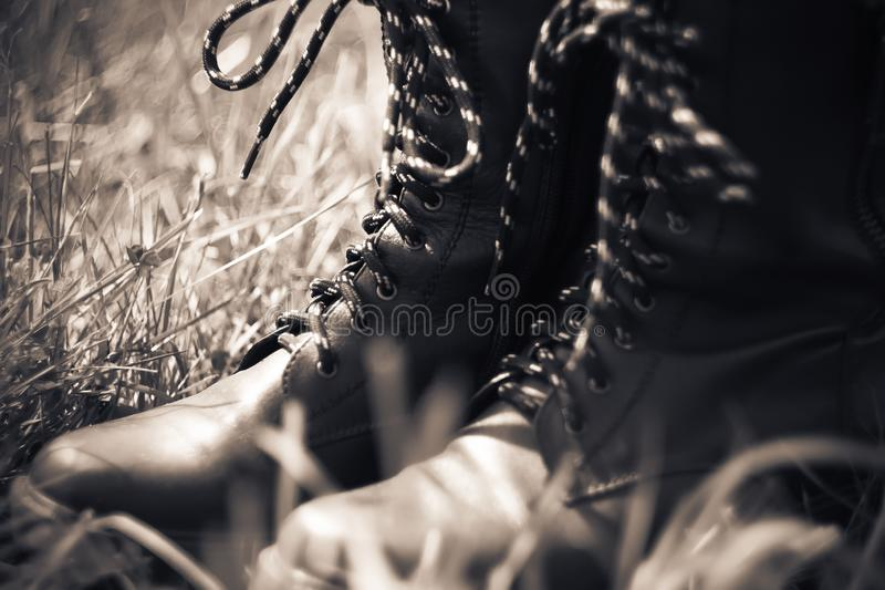 有一根高梆和镶边鞋带的军队皮靴 图库摄影