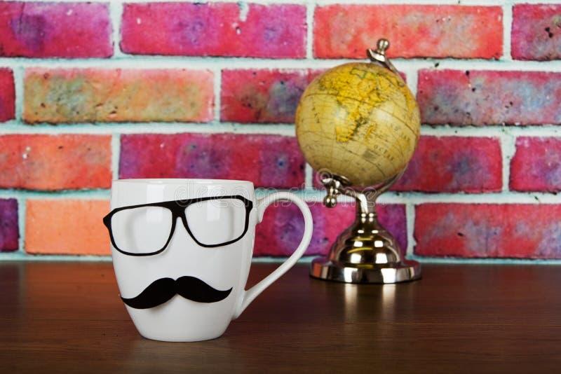 有一根黑行家髭的咖啡杯 库存图片