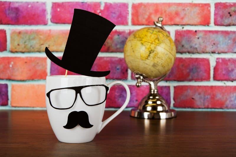 有一根黑行家髭的咖啡杯 免版税库存照片