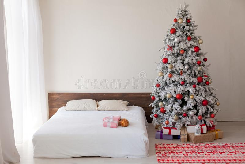 有一棵树的圣诞节内部卧室与光新年礼物诗歌选  库存图片