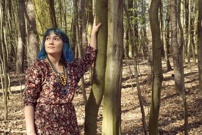 有一次有趣的出现的走在森林的一名妇女的画象 免版税库存照片