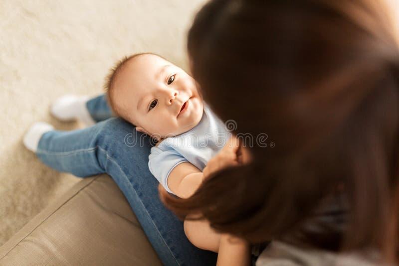 有一点亚裔小儿子的年轻母亲在家 图库摄影