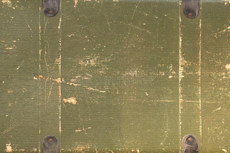 有一片金黄树荫的老破旧的卡其色的手提箱 库存照片