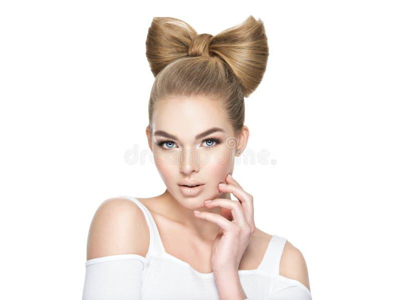 有一种创造性的发型的女孩 库存图片