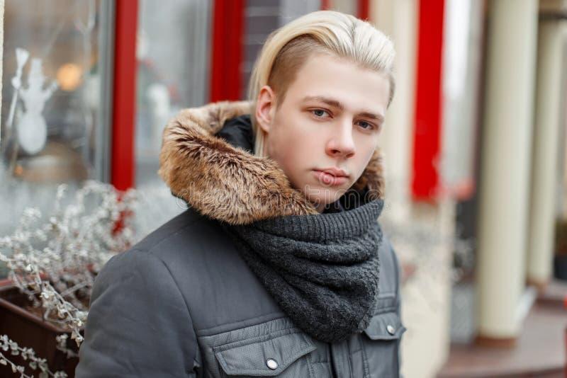 有一种发型的美丽的时兴的人在一个时髦的冬天 免版税图库摄影