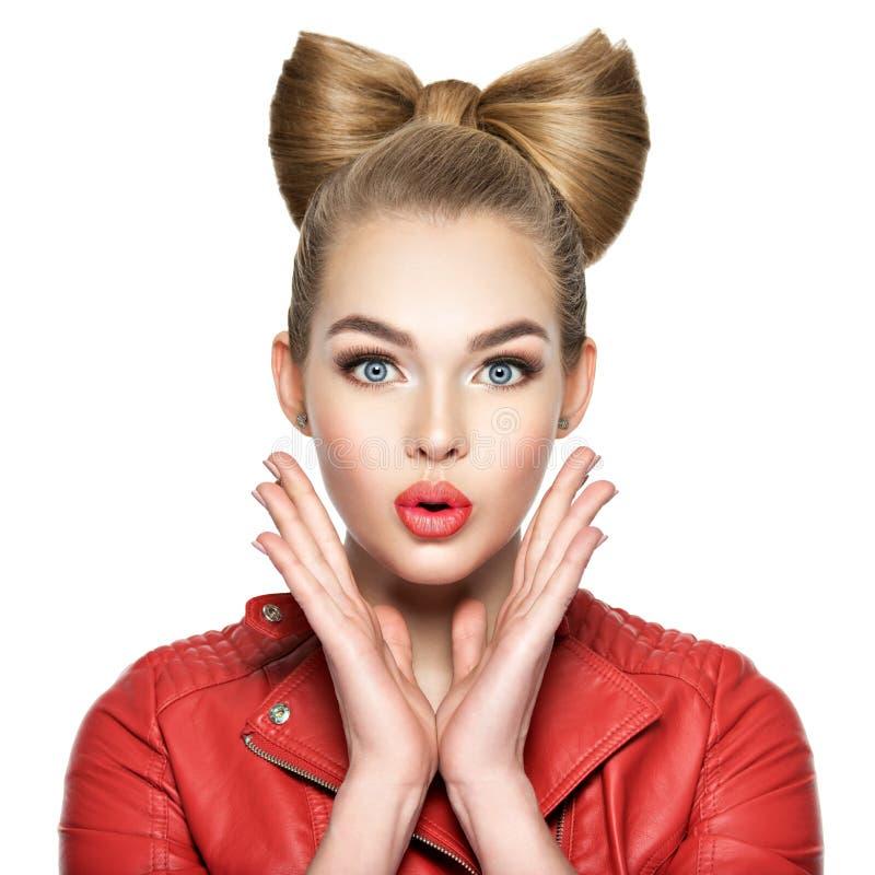 有一种好的发型、红色口红和一件红色夹克的妇女 女孩惊奇和激动 库存图片
