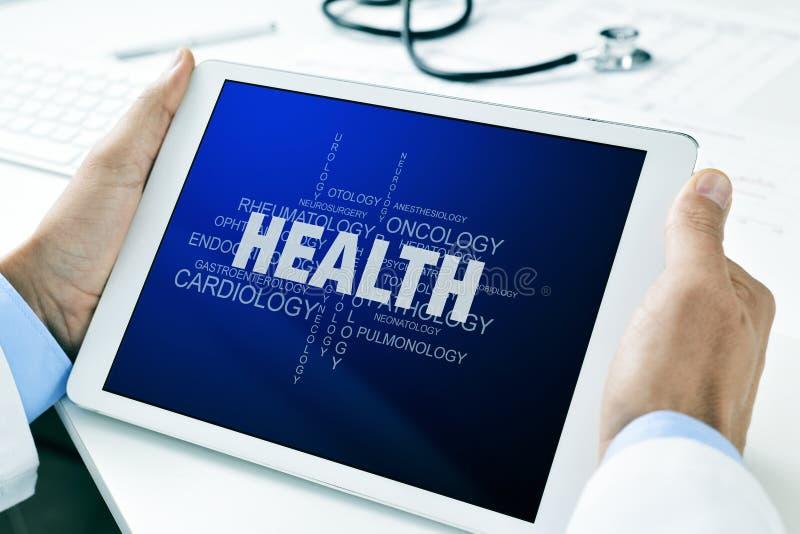 有一种片剂的医生有关于健康的一朵标记云彩的 免版税库存图片