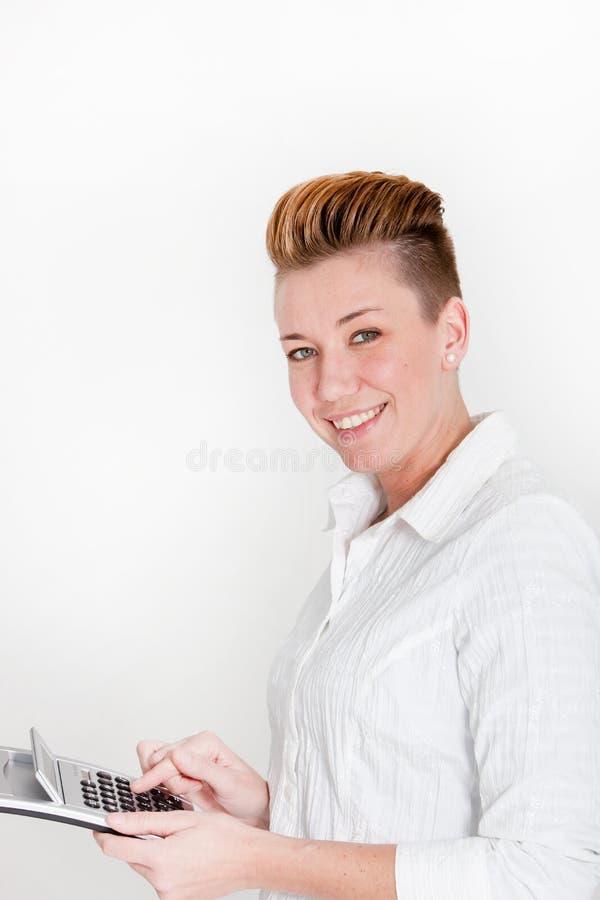 有一种现代发型的微笑的活泼的妇女 免版税库存图片