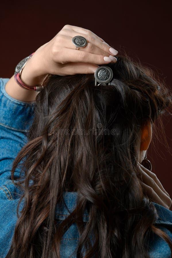 有一种美好的发型的在她的头发的少女和簪子 免版税库存图片