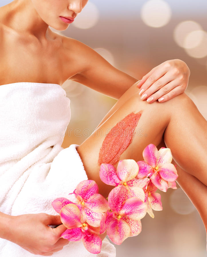 有一美丽的妇女与使用洗刷的花身体 免版税图库摄影