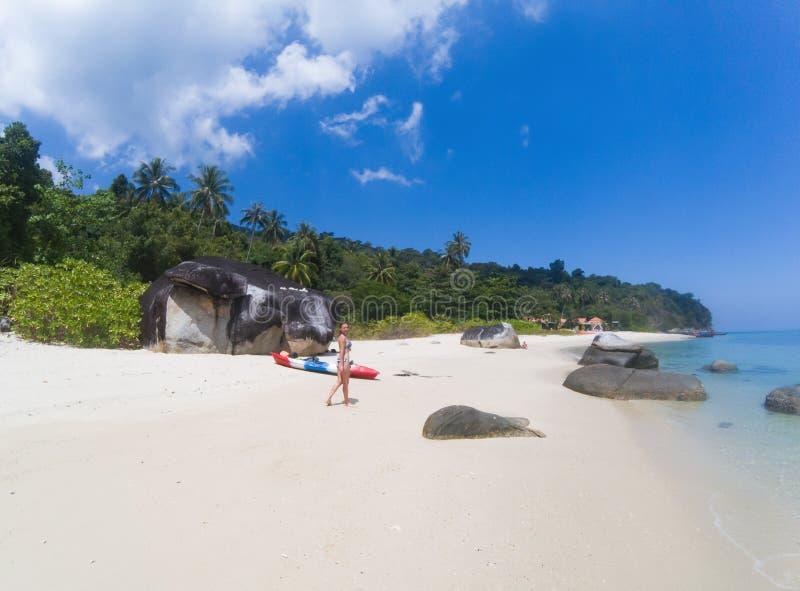 有一艘皮船的妇女在一个孤立海滩在安达曼海,酸值Adang -独奏旅行 免版税库存图片