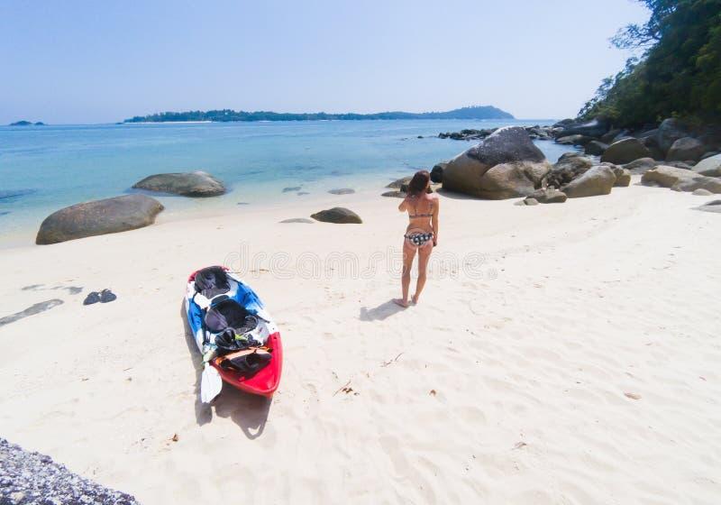 有一艘皮船的妇女在一个孤立海滩在安达曼海,酸值Adang -独奏旅行 库存图片