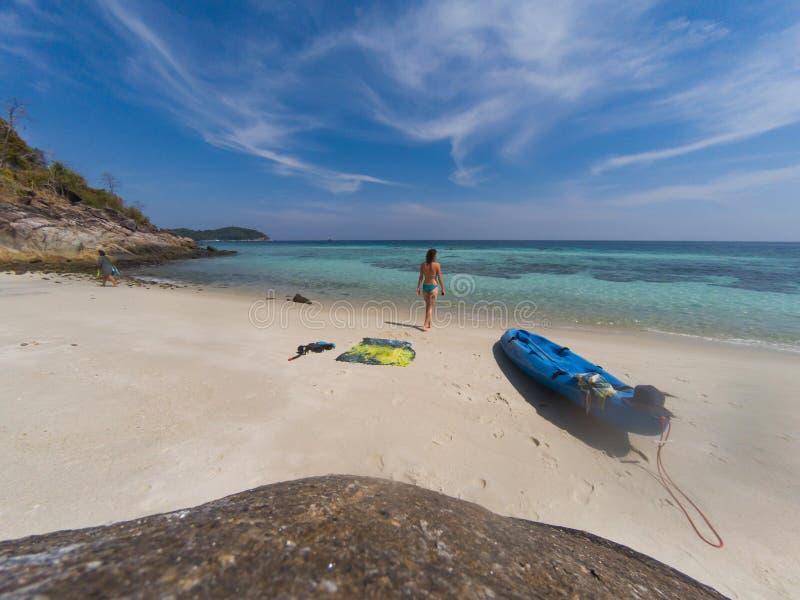 有一艘皮船的妇女在一个孤立海滩在安达曼海,酸值Lipe -独奏旅行 图库摄影