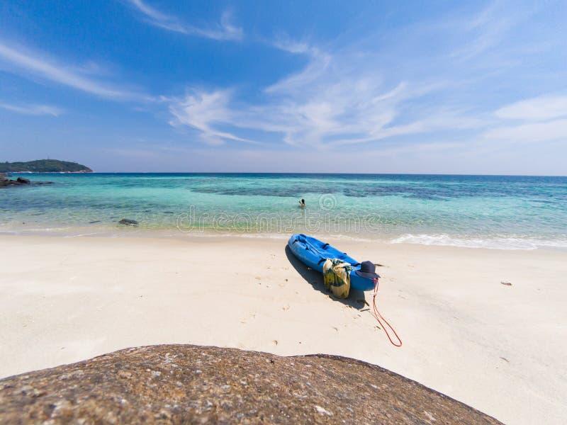 有一艘皮船的妇女在一个孤立海滩在安达曼海,酸值Lipe -独奏旅行 免版税库存图片