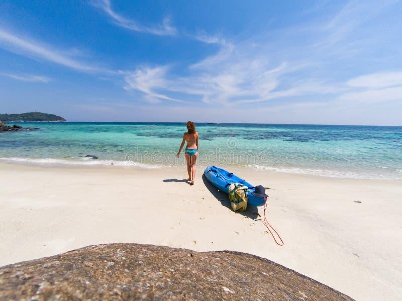有一艘皮船的妇女在一个海滩在安达曼海,酸值Lipe -独奏旅行 库存图片