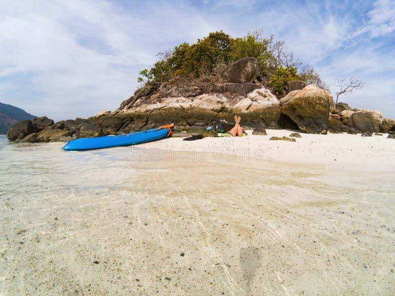 有一艘皮船的妇女在安达曼海独奏旅行的一个孤立海滩 免版税库存图片