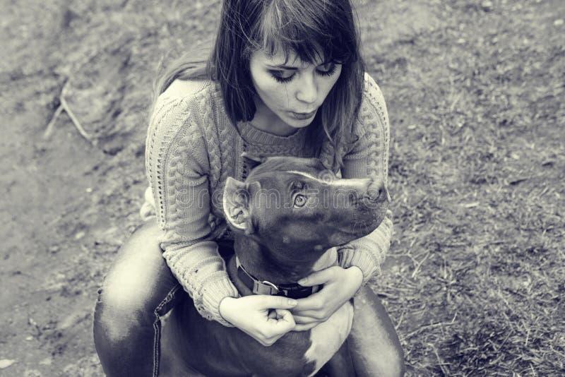 有一起使用狗的自然的妇女 免版税库存照片