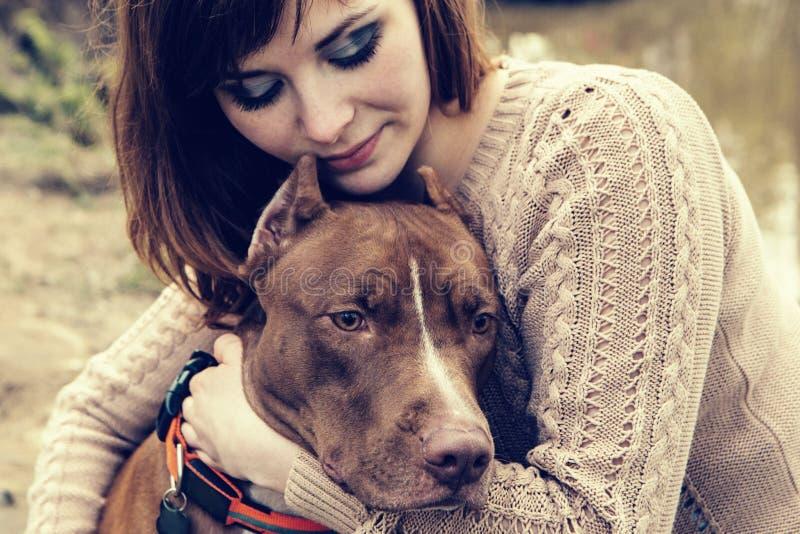 有一起使用狗的自然的妇女 库存图片