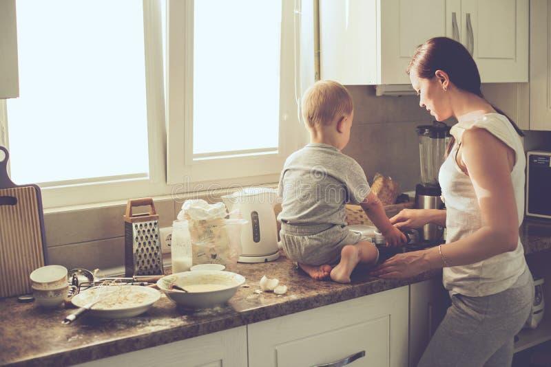有一起烹调的孩子的母亲 免版税库存照片